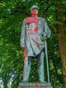 Bismarck Statue mit roter Farbe beschmiert