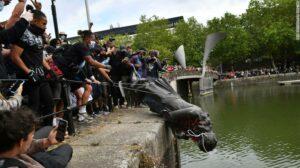 Menschenmenge welche die Statue des Sklavenhändlers Edward Colston in den Fluss schmeißt